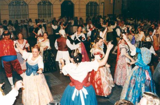 Dansa del Mocadoret en la plaza que lleva su nombre/ciberfallas