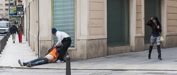 Un agente auxilia a hombre ebrio que al caer se golpeo la cabeza/Isaac Ferrera