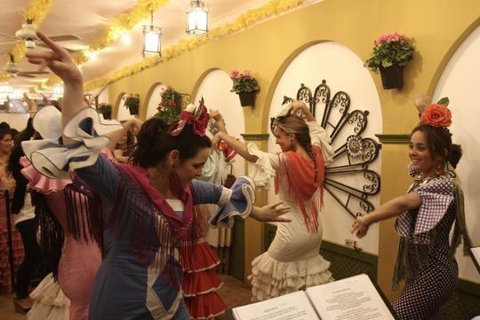 Un grupo de jóvenes baila sevillanas en una caseta de la Feria Andaluza de Valencia del año pasado/feca