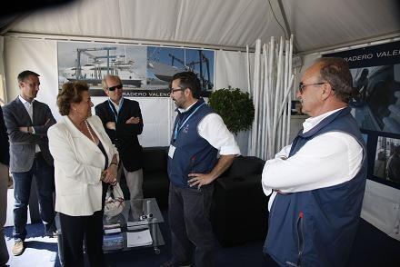 La alcaldesa departe con unos expositores acompañada de responsables del VLC Boat/Ayto Vlc