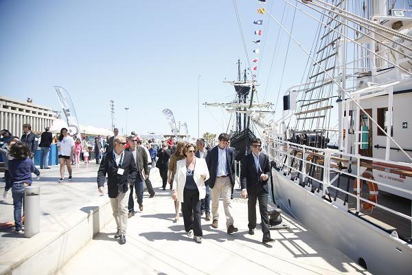 Barberá pasea por el muelle de la zona de exposición de los barcos y pasa por delante del Mercedes Saavedra/ayto vlc