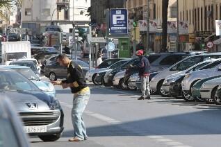 Dos gorrillas en una calle de la ciudad/levante-emv