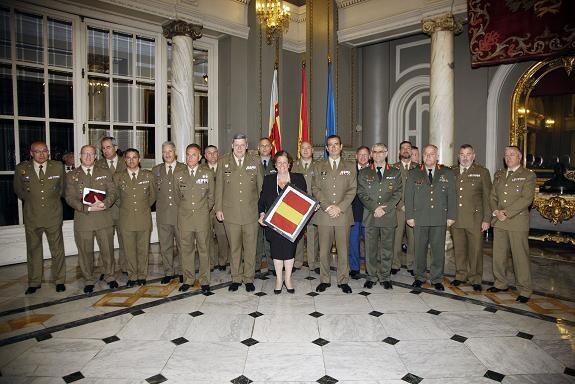 La alcaldesa con la enseña de España y los mandos militares/ayto vlc