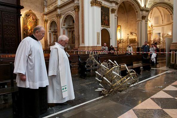 Dos canónigos observan la lámpara caída en el altar mayor/v.gutierrez