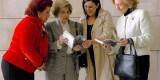 Consuelo Císcar y Mª José Catalá ojean el libro junto a su autora, Mª Luisa Burguera Nadal, e Isabel Vigiola, viuda de Mingote.