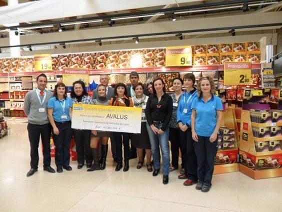 Un grupo de socios de la organización que agrupa a afectados por Lupus en la campaña que realizó Carrefour/Avalus