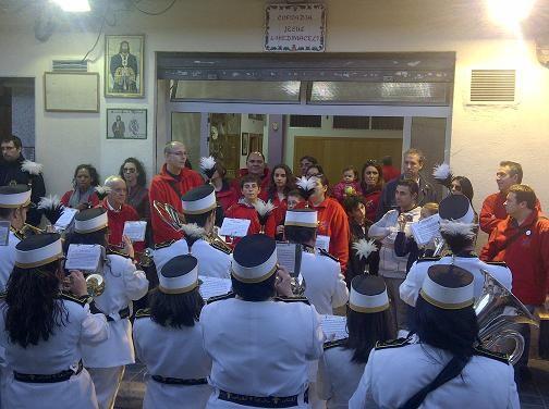 La banda del Canyamelar realizó una exhibición al acabar el acto delante del local del Medinaceli/vlcciudad