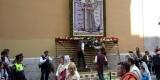 Varios participantes en la Ofrenda Floral de hace unos años depositan los ramos en el tapiz de la Casa Natalicia/fiestasancristobal