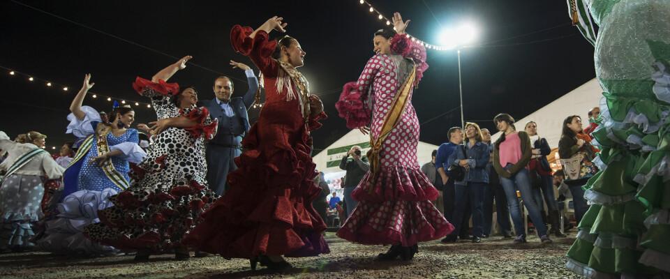 Un grupo de bailaoras en plena actuación en el real de la feria valenciana en el tramo IX del Jardín del Turia/Isaac Ferrera
