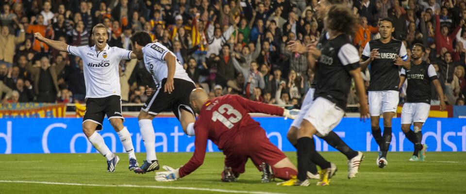 Roberto Soldado festeja uno de sus dos goles en una gran noche de fútbol que se ha vivido en Mestalla/Isaac Ferrera
