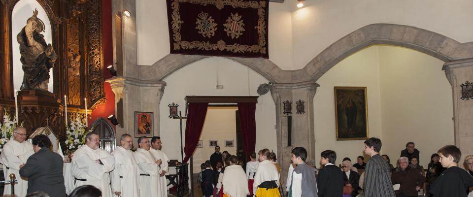 Un grupo de niños de uno de los altares pasa por el interior de la Casa Natalicia mirando la figura del patrón/Isaac Ferrera