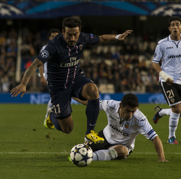 Un jugador del Paris Saint-Germain se zaja de un jugador valencianista/Isaac Ferrera