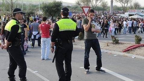Agentes de la Policía Local controlan un macrobotellón