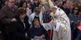 El arzobispo se acercó a saludar a varias personas impedidas que presenciaban la procesión/artur part