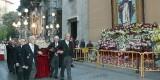 El trono anda con la imagen de San Vicente Ferrer a su paso por el tapiz instalado en la Casa Natalicia/Manuel Guallart