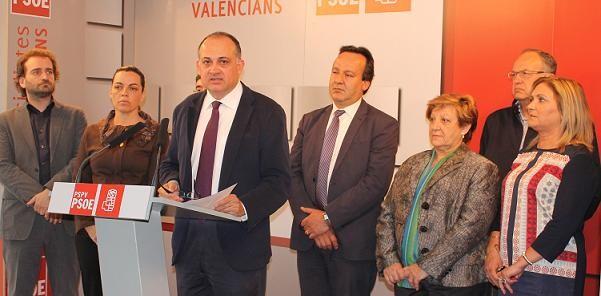 Joan Calabuig arropado por los concejales de su grupo en la sede de Blanquerías en el anuncio de la personación/pspv