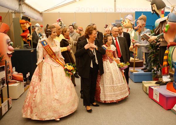 La alcaldesa con las falleras mayores en la inauguración de la exposición del Ninot de 2013/vlcciudad