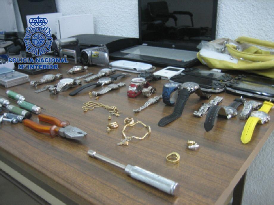 Material decomisado a los presuntos autores de los robos/cnp