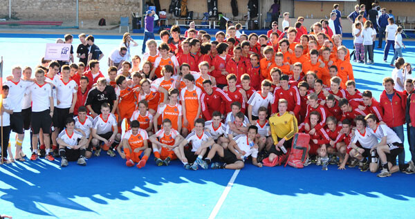 Foto de grupo con las cuatro selecciones participantes en el Torneo Cuatro Naciones.