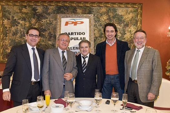 Silvestre Senent, el segundo por la izquierda, en una cena del partido en Valencia