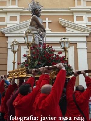 Los cofrades de la Columna llevaron a hombros a su imagen en el acto del año pasado/javi mesa