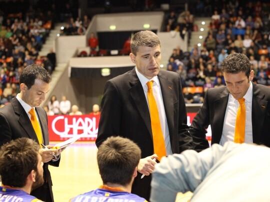 El entrenador de los taronja explica como deben marcar el juego/Miguel Ángel Polo