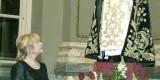La Honorable Clavariesa mira a la imagen del patrón, San Vicente Ferrer, el día de su nombramiento en el salón de cristal/m.guallart