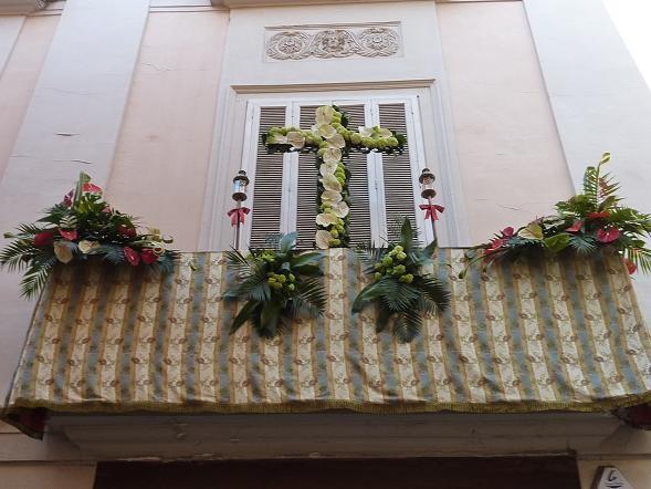 Cruz que se ha instalado en el balcón de la fachada de Lo Rat Penat/lrp