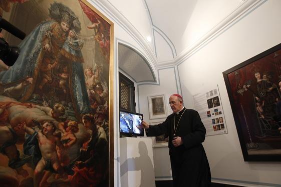 El arzobispo contempla el cuadro de Antonio López/alberto saiz