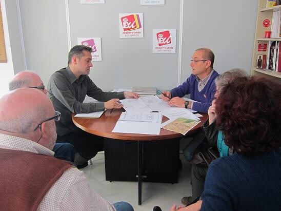 El portavoz de Esquerra Unida en la reunión con el dirigente vecinal de Nazaret, Julio Moltó/eu