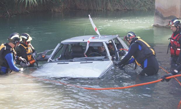 Simulacro de rescate de los ocupantes de un vehículo inundado