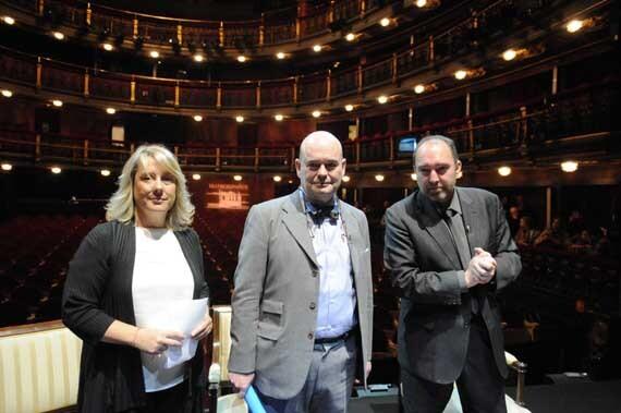 Fernando Villalonga, enmedio, en un teatro de Madrid/ociomadrid