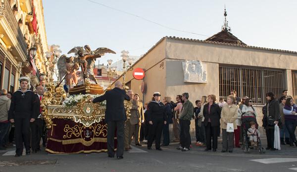 El trono anda con el Cristo del Grao enfila la calle José Aguirre en la procesión cumbre de sus fiestas/Isaac Ferrera