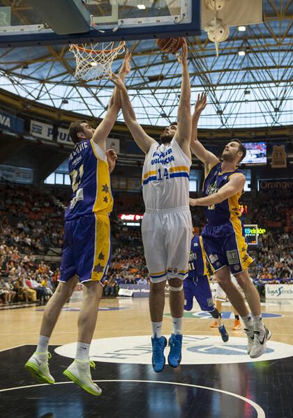 Un momento del encuentro de una de las canastas del Valencia Basket/I. Ferrera