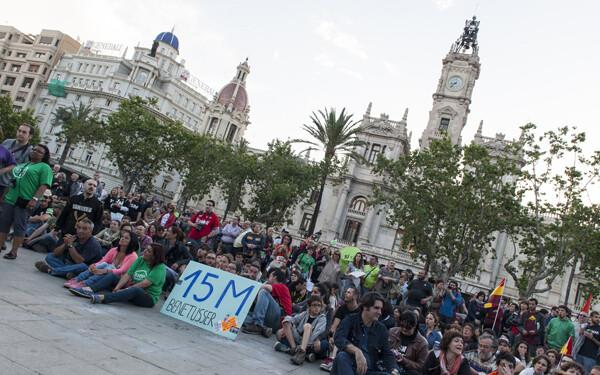 Los participantes en la protesta en la zona peatonal de la plaza del Ayuntamiento/Isaac Ferrera
