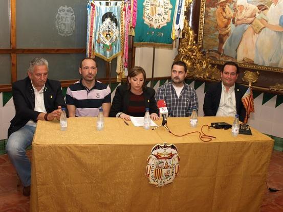 La presidenta de La Merced en la presentación de los artistas a ambos lados de ella en la mesa/artur part