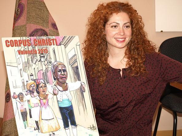 María Vendrell autora del cartel posa con su obra sobre la Danza de Els Cabuts/artur part