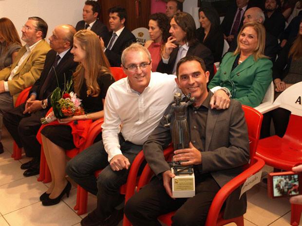 Los premiados, tras recoger el galardón. Foto: Artur Part
