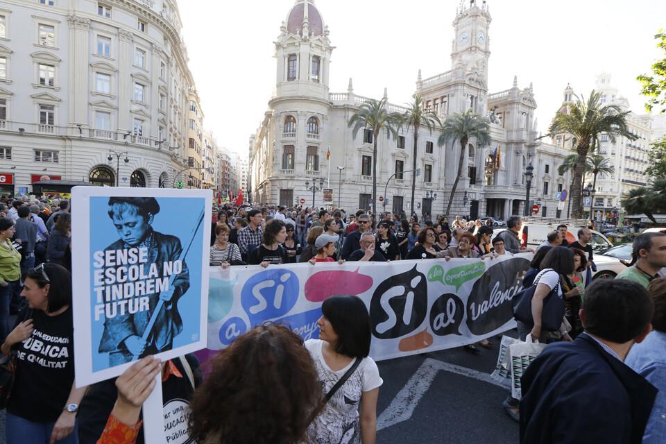 La manifestación a su paso por la plaza del Ayuntamiento/m.molines