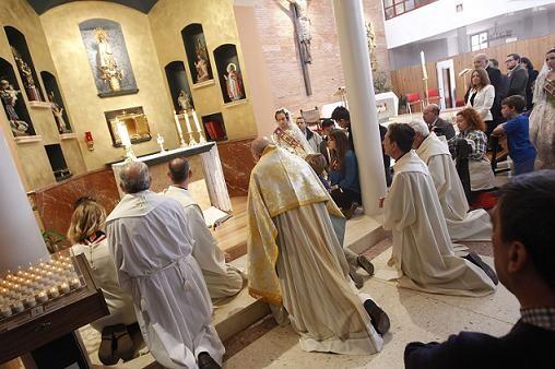 El arzobispo y los sacerdotes arrollidados ante la nueva capilla/a.saiz