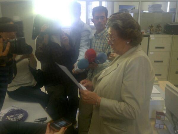 La alcaldesa en su comparecencia ante los medios que estaban en el edificio consistorial/p.v.