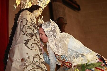 Un fallera mayor en el Besamanos a la Virgen en la Escolania que vuelve a acoger el acto tras las obras