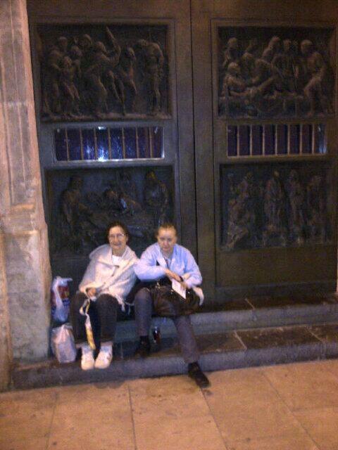 Las dos mujeres de Patraix en la puerta de la Basílica/m.calatayud