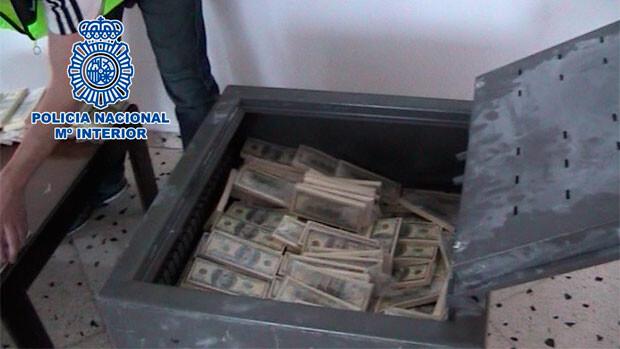 La caja fuerte que los delincuentes mostraban a sus victimas con fajos de falsos billetes de 100 dólares. Foto: Policía Nacional