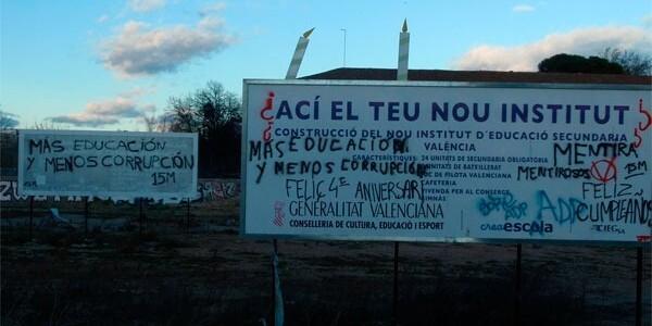 El cartel que colocó la Generalitat en el solar del IES siguen sobre terrenos donde no hay centro educativo/vlcciudad