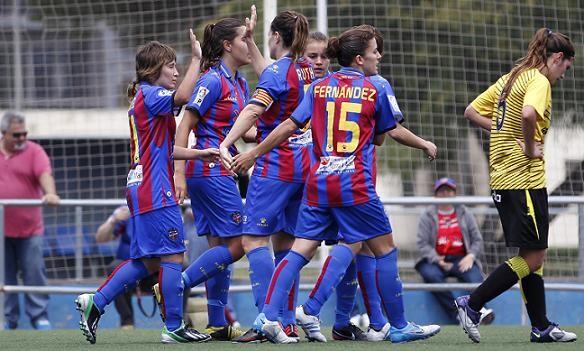Las levantinistas celebran uno de los siete goles en el campo de Nazaret/Patricia Asensio