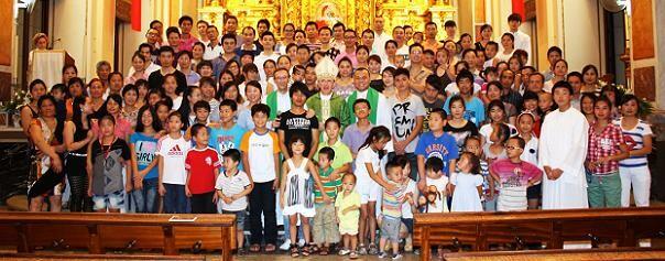 El arzobispo con la comunidad china en una eucaristía pasada en Ruzafa/archivalencia