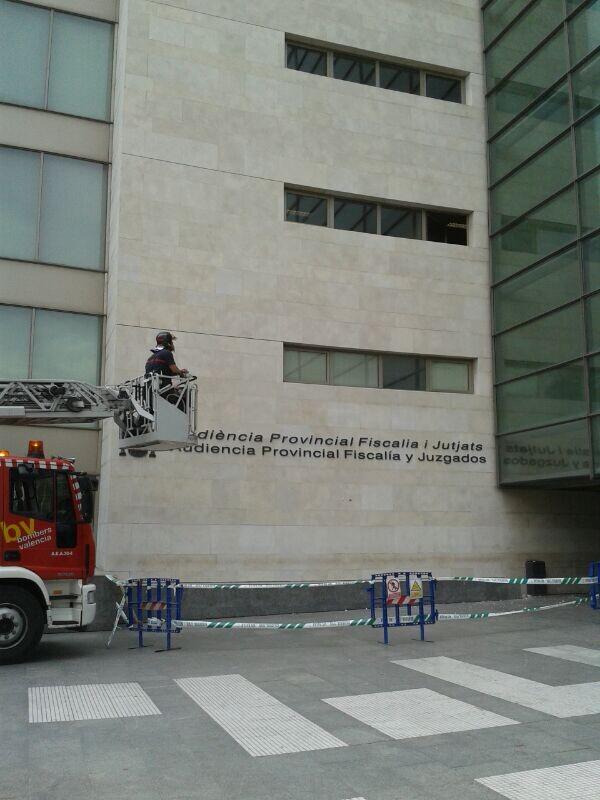Los bomberos en la Ciudad de la Justicia revisan la fachada/eu