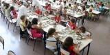 Un grupo de niños en un comedor escolar