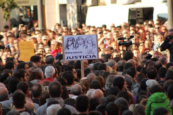 Concentración en la plaza de la Virgen en apoyo de las víctimas del Accidente del Metro. Foto: Amparo Moyá